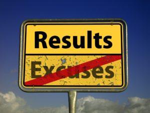 Il y a un panneau signalétique de la route où le mot excuses est barré et le mot résultats apparaît. Améliorer ses résultats est possible sans excuse