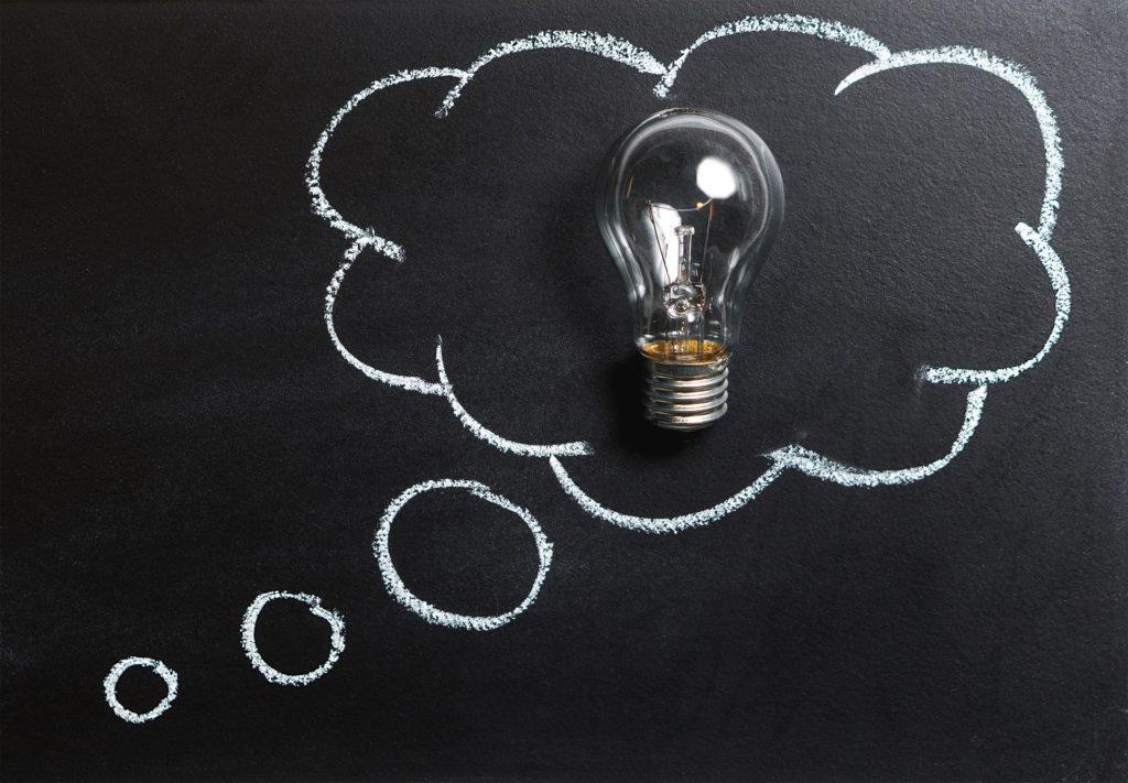 Les Figures de style apparaissent à travers l'image de l'ampoule.L'ampoule est dessinée sur un tableau à craie.