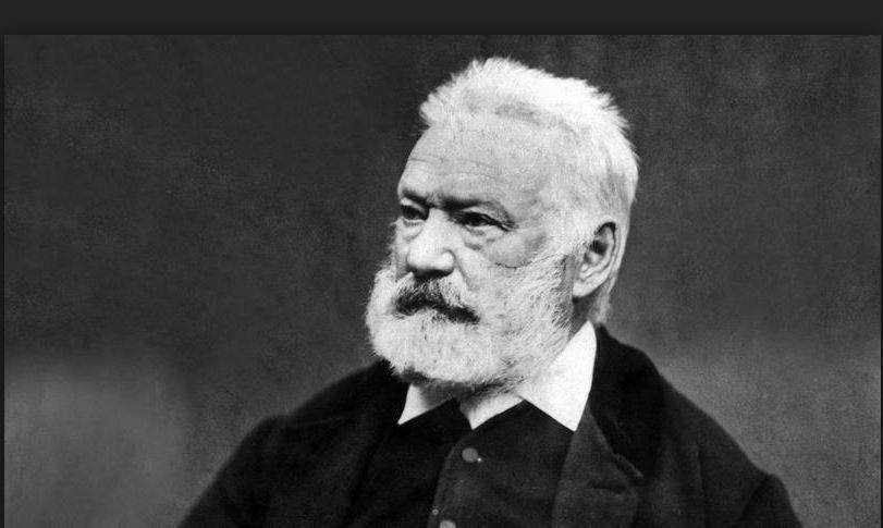 On voit Victor Hugo qui se tient la tête.