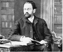On voit la biographie d'Emile Zola, il est assis au milieu de livres dans une grande bibliothèque.
