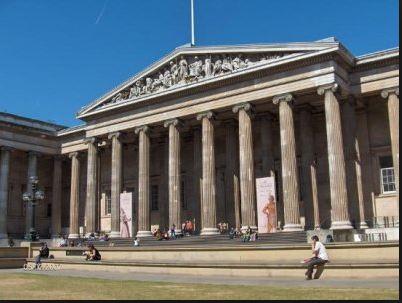On voit un bâtiment typique du classicisme et de sa def.