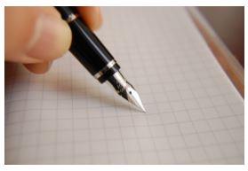 On voit un stylo qui court sur une feuille, il suit la méthode du sujet d'invention.