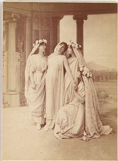 On voit Phèdre acte 1 scène 2 qui est malheureuse et qui raconte à Oenone son amour interdit pour Hippolyte, son beau-fils.